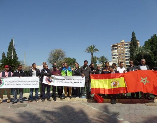 """صورة مسيرة احتجاجية  للمهاجرين المغاربة باسبانيا  تطالب بتحسين الأوضاع المتأزمة والترخيص باستبدال رخصهم المغربية للسياقة """"كارتاخينا"""" بالقرب من """"مورسيا"""""""