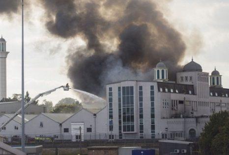 """صورة """" فرنسيون يحرقون مسجدا وجميع المصاحف المتواجدة به الاثنين 02-05-2016″"""