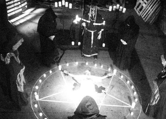 صورة عبدة الشيطان يقيمون طقوسهم في مقبرة مسيحية ويعبثون بموتاهم