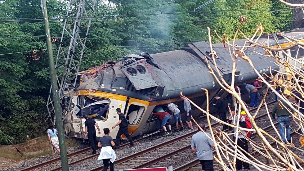 صورة حرجى وقتلى في حادث انحراف قطار عن مساره بإسبانيا