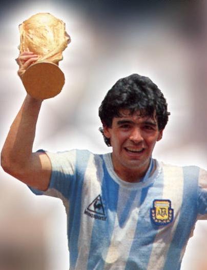 """صورة الأسطورة الأرجنتينية """" دييغو أرماندو مارادونا """" يعود إلى مدينة العيون بمناسبة الذكرى الواحدة و الأربعين لتنظيم المسيرة الخضراء"""