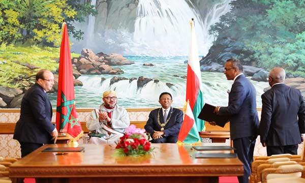 صورة جلالة الملك ورئيس جمهورية مدغشقر يترأسان حفل التوقيع على 22 اتفاقية للتعاون الثنائي