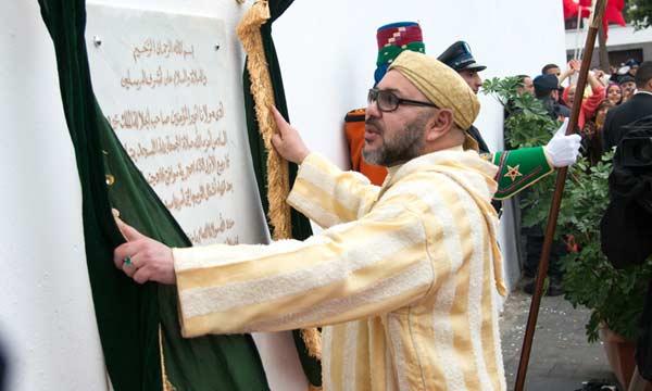 صورة جلالة الملك محمد السادس يدشن مسجد ولد الحمراء بعد ترميمه ويؤدي به جلالته صلاة الجمعة